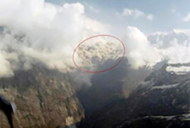 Figure 2a: The brown avalanche cloud captured by Captain Alexander Maximov, Avia Club pilot